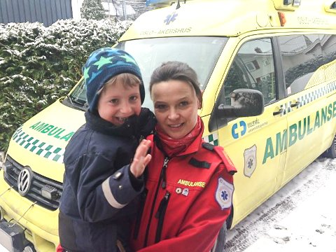 TØFF MAMMA: Katharina Møller Johnsen fra Vikersund jobber på ambulanse i Oslo. Sønnen Eirik (11) synes det er stor stas med mammas jobb.