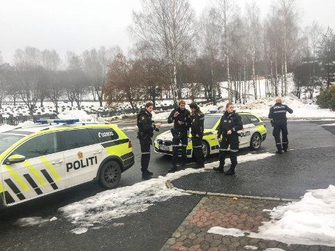 SKYTING: En tredje person er pågrepet etter skyteepisoden i Åmot søndag. Bildet er tatt under søndagens utrykning.