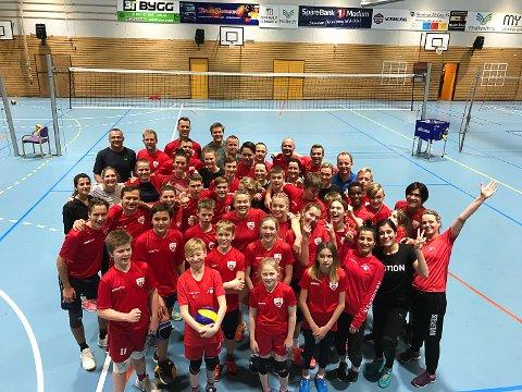 GOD STEMNING: 51 stykker meldte seg på VIF volleys juleturnering i Modumhallen i løpet av fire dager.