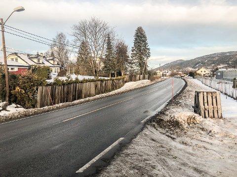 GANG- OG SYKKELVEI: Om kommunestyret sier ja neste fredag, vil arbeidene med ny gang- og sykkelvei langs Eikerveien, starte opp neste høst.