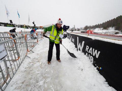 MÅKER: Tove Jelstad er en av de mange frivillige som må ta snøskuffa fatt for å få nattens snøfall vekk fra hoppanlegget.