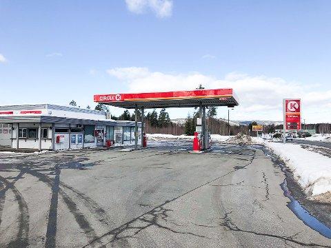 ÅPNER DØRENE IGJEN: Går leiekontrakten i orden, vil dørene åpnes til en storkiosk på bensinstasjonen på Sysle til påske.