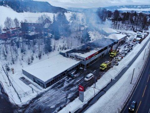 STORE SKADER: Brannen hos Bråthens Bilco startet i delelageret og brannvesenet jobbet iherdig for å få kontroll på flammene. Men brannen rakk å gjøre store skader før de hadde kontroll. Nå ser de seg nødt til å permittere i påvente av å få på plass et midlertidig verksted.