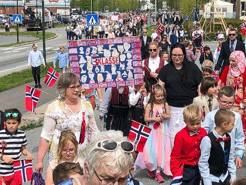 17. MAI: Slik så det ut i Åmot i fjor, i år er den tradisjonelle 17. mai-feiringen avlyst på grunn av korona-pandemien.