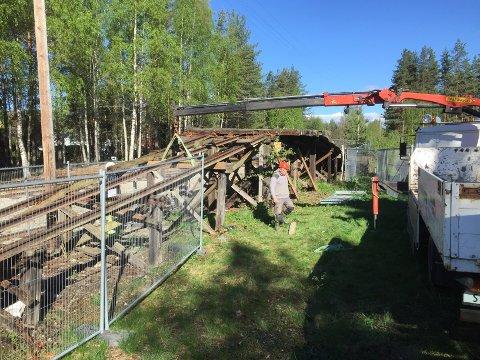 I GANG MED ARBEIDET: Krøderbanens venner er godt i gang med arbeidet som skal sikre tømmerhistorikken til Krøderbanen for nye generasjoner.