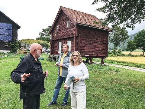 PÅ GÅRDSBESØK: På Nord-Fure gård på Øst-Modum tok kårkallen Håvard Altern imot ekteparet Debby og Sanders Bell.