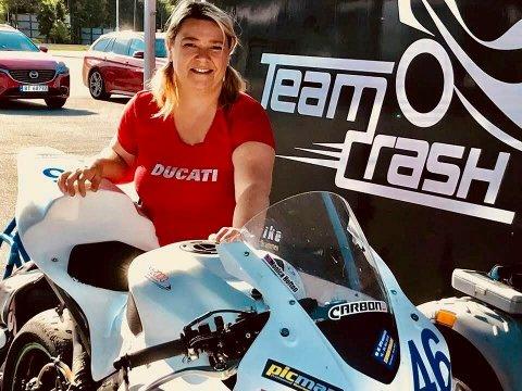Monica Hoftons konkurransesykkel ble stjålet fra gårdsplassen natt til mandag – den sto inne i en varebil som tyvene brøt seg inn i ved å knuse bakruta.