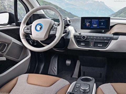 Både under utvikling og produksjon av i3, er bærekraft i fokus hos BMW. Det innebærer blant annet fornybare og resirkulerte materialer, i tillegg til at fabrikken i Leipzig har vindmøller, slik at produksjonen skjer ved hjelp av grønn strøm fra vindkraft.