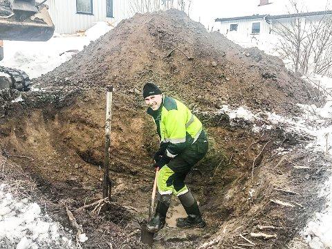 REPARERER VANNLEDNINGEN: Rolf Dannemark, fagarbeider i Sigdal kommune graver sammen med Håkon Høgåsen etter vannledningen det er trøbbel med på Kringstadfeltet i Sigdal.