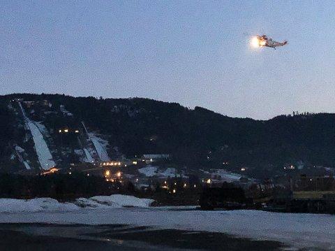 LETER: Dette bildet er tatt for få minutter siden, da Sea King-maskinen søkte langs Bergsjø og mot Vikersund.