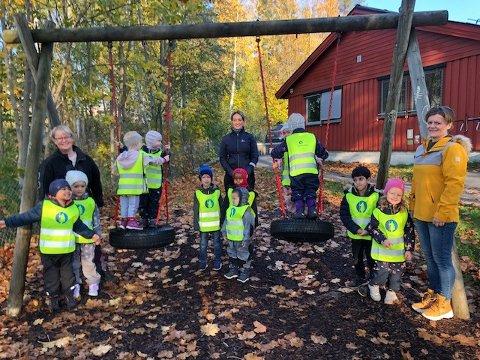 LYSER OPP: Barna i Barnas hus fikk nye refleksvester på refleksens dag.