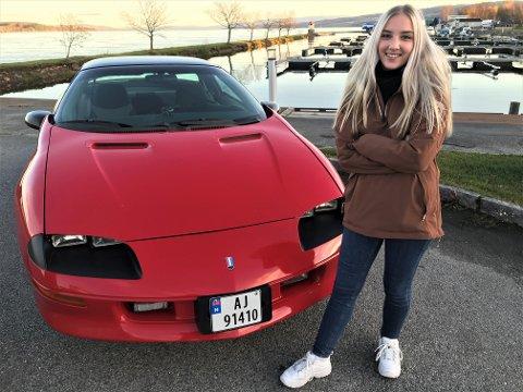 HEKTA PÅ AMERIKANER: – Det er artig å ha noe ingen andre har, sier Robyn Sandsengen som innrømmer at hun ikke møter så mange andre Chevrolet Camaroer på veien.