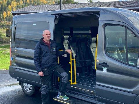EGEN MINIBUSS: Kryllingheimen har fått egen minibuss med Tom Raaen som sjåfør.