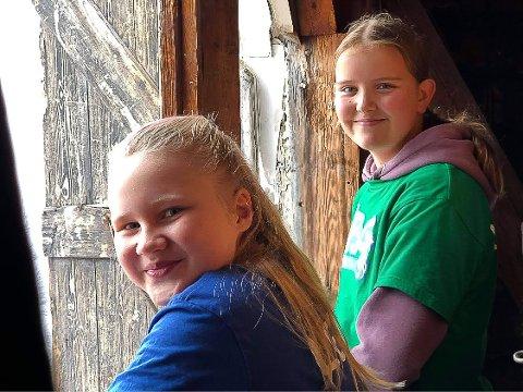 SOLISTER: Thea Myhre og Nora-Eline Bekken fikk klatre helt til topps i kirketårnet på Heggen kirke og synge ut av lukene.