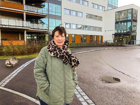 KRITISK: Marit Kjølstad er kritisk til at gamle og syke blir stengt ute fra verden, uten mulighet til å ta imot besøk av sine kjære og pårørende. – Smittetrykket i Modum og Øvre Eiker er ikke så ulikt, men på Eikertun kan man komme på besøk, sier hun.