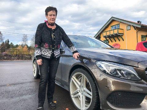 IRRITERT: Aud Tove Åby er forbannet på at det ikke blir gjort grunnleggende vedlikehold på Sigdalsveien. Torsdag forrige uke fikk hun ødelagt dekket på bilen da hun traff et hull.