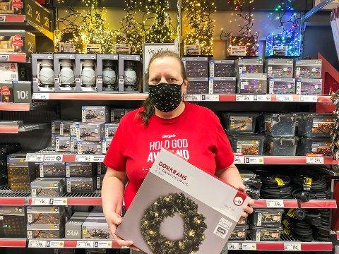 LYSERE HVERDAG: Butikksjef Helene Vasiloff hos Europris Vikersund forteller om kraftig økning i salg av julebelysning og andre julerelaterte varer, sammenlignet med tidligere år.