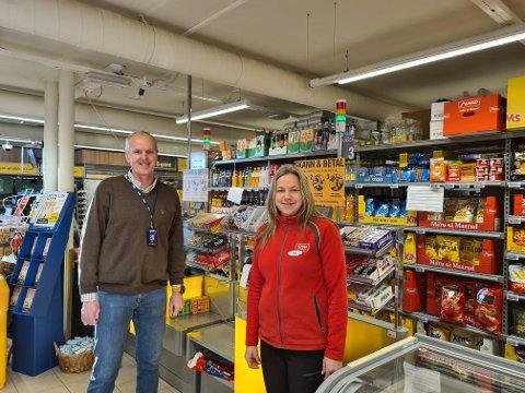 SNART KLAR: Tommy Moholt og butikksjef Anne Wilthil Tandberg har stått på for å få butikken klar til nyåpning torsdag. Da kan kundene betjene seg selv store deler av døgnet.