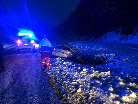 ULYKKE: En bil med en kvinne og et barn havnet i grøfta på Råenskogen torsdag ettermiddag.