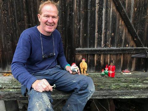 SPIKKER: Roger Moen er snekker, tegner – og en kløpper til å spikke trefigurer.