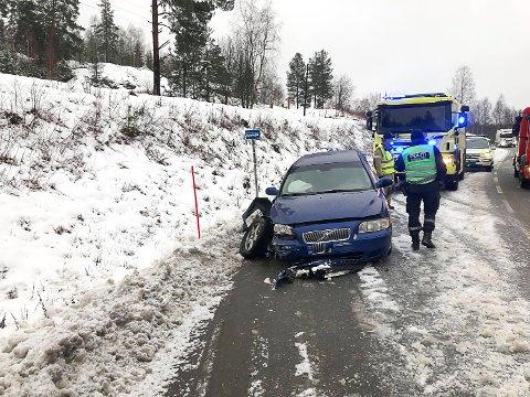 ULYKKE: En bil kjørte av veien og traff en fjellskrent mellom Snarum og Morud på fylkesvei 280.