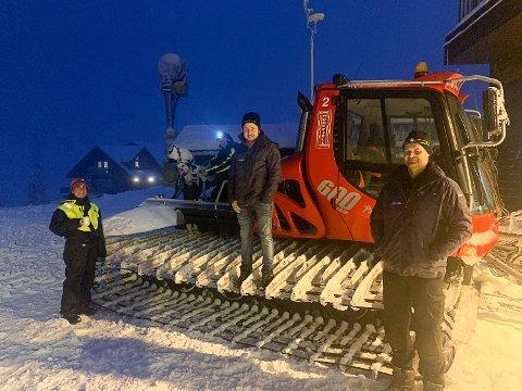 GJØR BAKKENE KLARE: Det jobbes for å få snølagt bakkene på Norefjell. Tråkkerne Cladia og John til venstre, driftsleder heis Lars Moen på beltene og verksmester Kjetil Kopland til høyre.