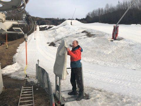 DEKKER TIL: Driftssjef Thomas Kråkemo i Modum Skisenter retter på hetta over skitrekket, som viser at heisen er stengt.