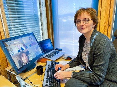 KRISELEDELSE: Rådmann Aud Norunn Strand i Modum kommune sitter i krisestabsmøte via digitale flater, for å unngå smitte.