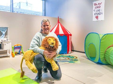 LEKEKROK: Anja Hellem Borgen, som driver Ma-So i Kiwibygget har satset på lekekrok for barna og lagersalg i de tidligere lokalene etter Norli.