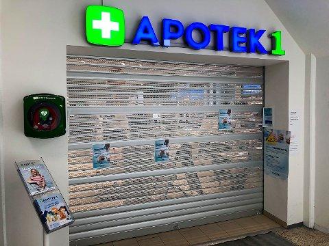 STENGT: En ansatt ved Apotek1 på Vikersund Nærsenter har testet positivt på Covid-19 og apoteket ble stengt umiddelbart fredag formiddag.