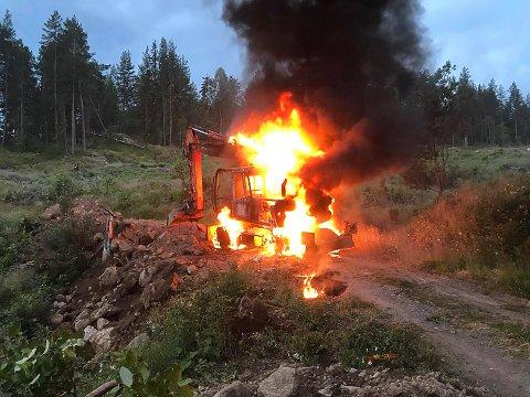 BRANT HEFTIG: Det var full fyr i graveren da brannvesenet kom til stedet.