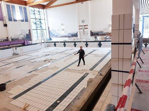 BYTTER FLISER: Det store bassenget rommer over 740.000 liter vann og har ikke vært tømt siden 2008. Nå skiftes en mengde fliser ut, og Hege Bendiksby gleder seg til de kan ønske gjestene inn i en nyoppusset svømmehall 3. august.