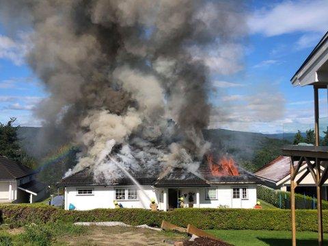 UTVENDIG SLUKKING: Brannvesenet bedriver utvendig slukking og det skal ikke være fare for spredning.