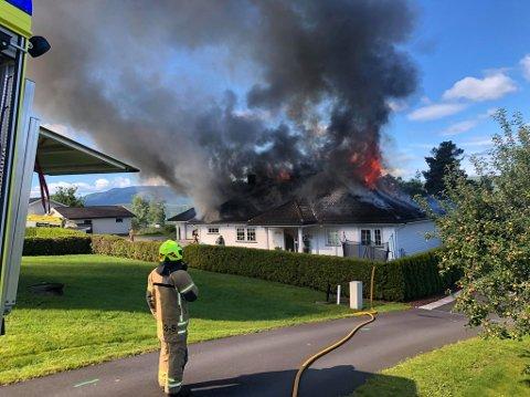 BRANN: Det brenner i en bolig i Åmot og nødetatene er på plass.