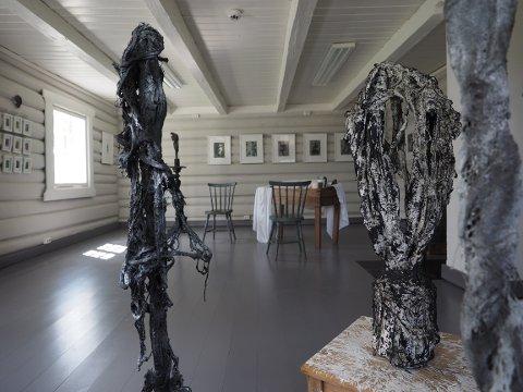 GJENBRUKSKUNST: Utstillingen ved kunstner Anita Brenne inneholder både skulpturer og malerier.