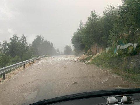 OVERSVØMMELSE: Store nedbørsmengder gjør at fylkesvei 287 er stengt i Eggedal.