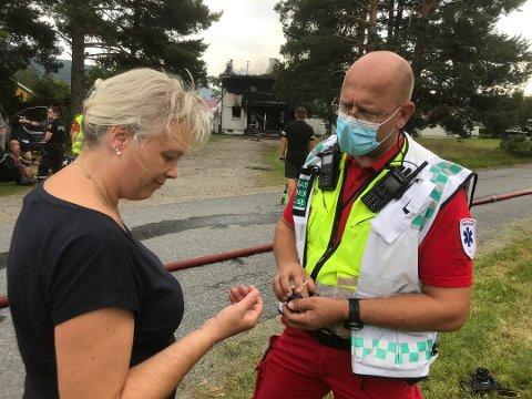 TIL LEGEVAKT: Nina Lobben skadet armen i det hun tok imot jenta som hoppet ut av det brennende huset. Olav Staib fikk til slutt viljen sin og Lobben reiste på legevakten. Der slo lynet ut strømmen.