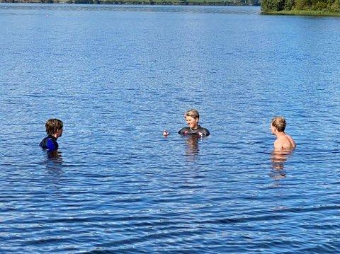 SVØMMEUNDERVISNING: Onsdag hadde Hanne Tuft svømmeundervisning med 10. klasse i Krøderfjorden.