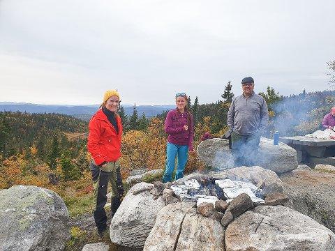 PSYKISK HELSE OG MAT: Lucie Obrtelova (t.v.), Sabina Chovancova og Søren Christensen deltok på markeringen av Verdensdagen for psykisk helse på Kjærleikshaugen på Norefjell.