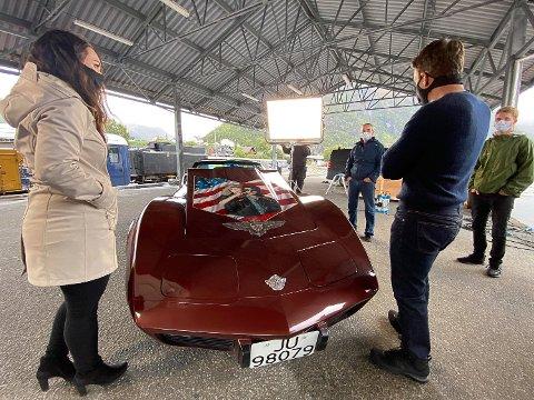 FIKK SKRYT: Filmstjernen Tom Cruise (t.h.) var imponert over motivet Tine Hartz har lakkert på pappa Tor Egil Gravbråtens Chevrolet Corevette. I grønn jakke står også broren Ole Fredrik Hartz.