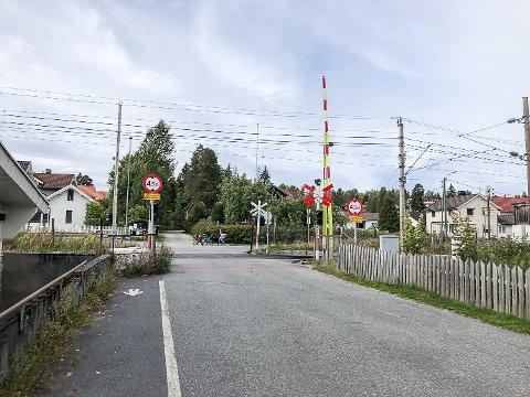 STENGT INNE: Det gikk heldigvis bra da en bil fredag ble stengt inne mellom bommene på Jernbaneovergangen i Vikersund sentrum.