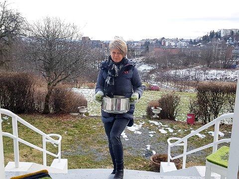 MÅ PENDLE: Lise Valstad, jobber som arbeidsleder på Bjørnegården Aktivitetshus i Bærum og må dermed pendle gjennom flere kommuner selv om myndighetene fraråder det.