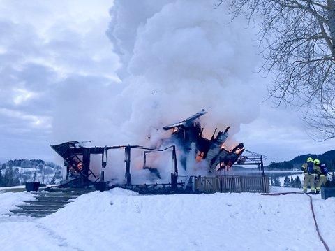 UKJENT BRANNÅRSAK: Brannetterforskere skal i neste uke prøve å finne årsaken til at boligen i Hilsenveien, søndag brant ned til grunnen.