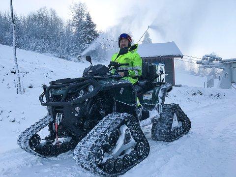 ENDELIG: Driftssjef Thomas Kråkemo er glad for at det endelig har blitt kaldt nok til at Modum Skisenter kan produsere snø for fullt.