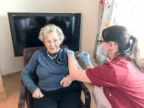 FØRST UT: Lilly Margrethe Hofton på Sigdalsheimen fikk den første koronavaksinen i Sigdal. Stikket fikk hun 6. januar 2020 klokken 12.15 av tilsynslege Jeanette Larsson.