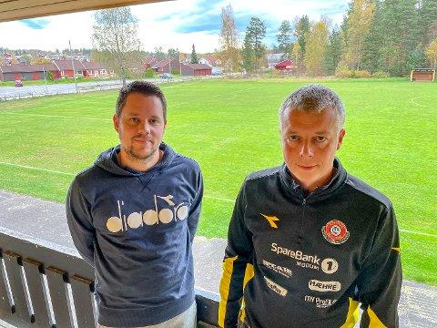 NYTT DEKKE: Geithus IL fotball med Ronny Blekkan (t.h.) og Modum FK med Stein Ellingsen går tilbake til de opprinnelige planene. Dermed blir det nytt dekke på Rolighetsmoen