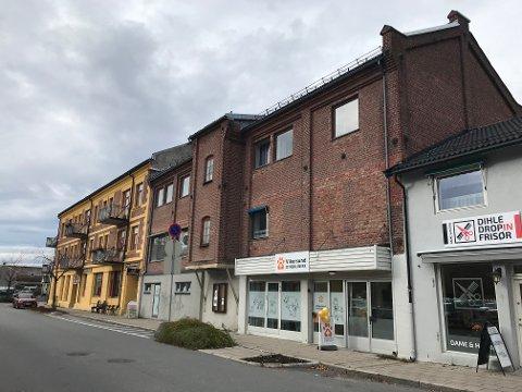 TIL SALGS: Vikersundgata 11 – teglsteinsbygningen midt i bildet – er til salgs.
