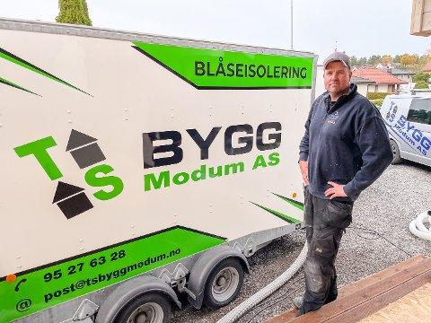 NYTT FAGFELT: TS Bygg Modum AS med Tom Sem i spissen har kjøpt utstyr for blåseisolering, og går med det inn i et nytt fagfelt.