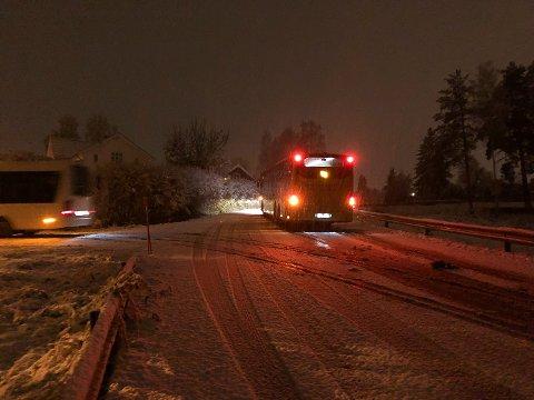 SNØFAST: Denne bussen kom ikke opp bakken fra Getihusveien til Strandveien i Vikersund i det kraftige snøværet tirsdag morgen.