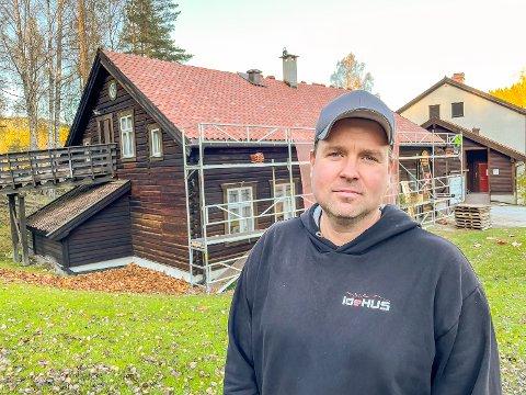 IRRITERT: Tom Sem, daglig leder hos TS Bygg Modum AS, irriterer seg over at lokale bedrifter ikke i større grad slipper til for jobber og oppdrag hos Blaafarveværket.